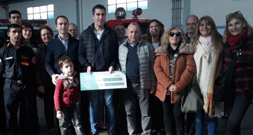 Manuel Mosca entregó cien mil pesos a Bomberos Voluntarios
