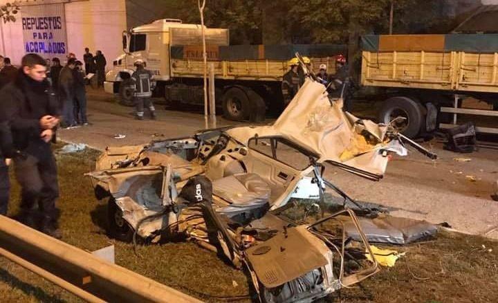Tragedia en San Miguel del Monte; 5 jóvenes perdieron la vida tras chocar con un camión que se encontraba estacionado