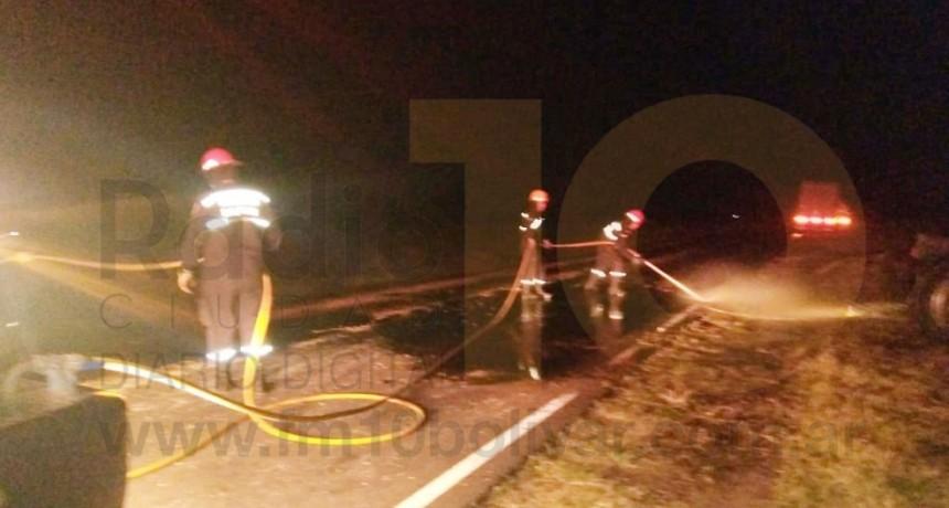 Ruta 65: El choque lateral de dos camiones provocó el derrame de combustible y cereales