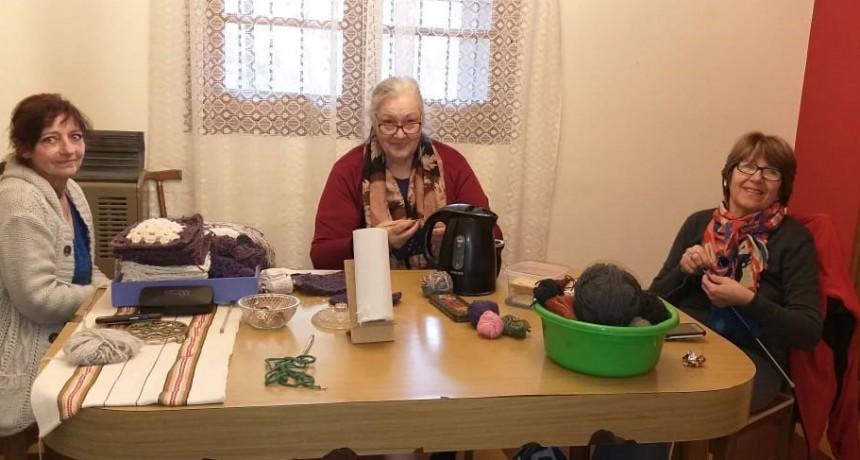 Las amigas tejedoras de Eva Verburg y su proyecto de lanas solidarias