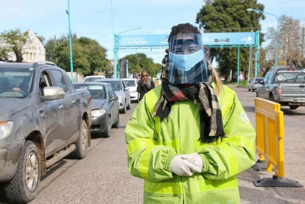 Bolívar Solidaria: la bolivarense Jazmín Woycik donó protectores faciales para los trabajadores municipales