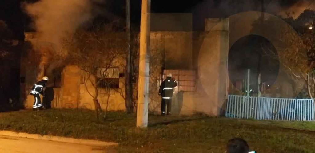 Pérdidas totales y gran destrucción tras el incendio generalizado de una vivienda