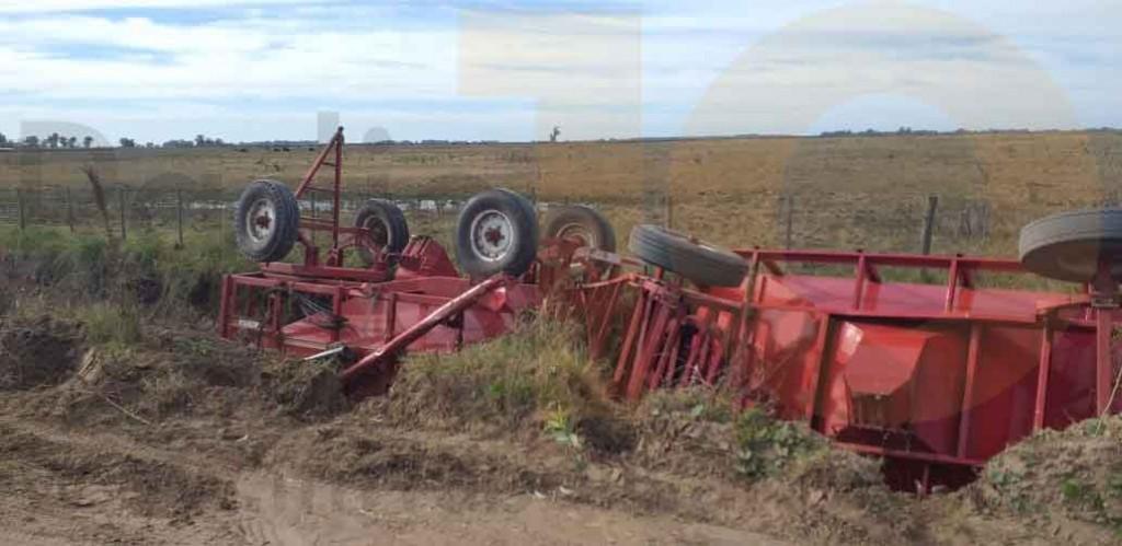 Vuelco de maquinaria agrícola camino a Miramar