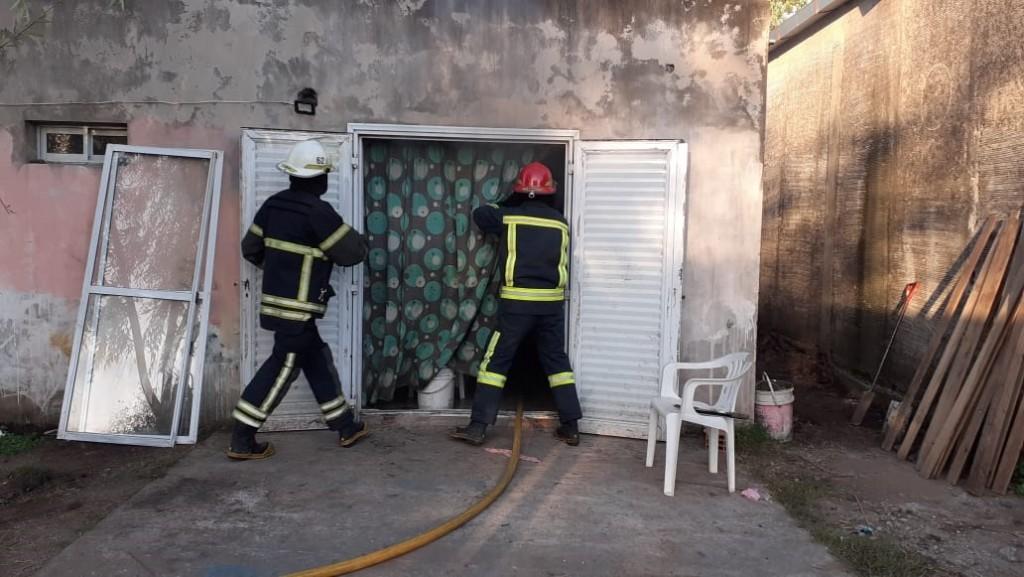 Esta mañana debieron actuar Bomberos Voluntarios en el principio de incendio de una vivienda en Barrio Pompeya
