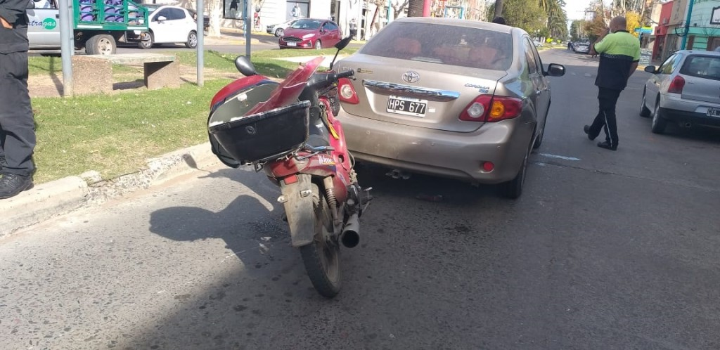 Leve impacto entre un automóvil y una motocicleta en la Avenida Brown