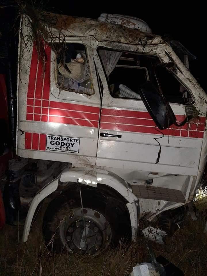Ruta 65: Dos camiones impactaron con 9 novillos y terminaron volcando