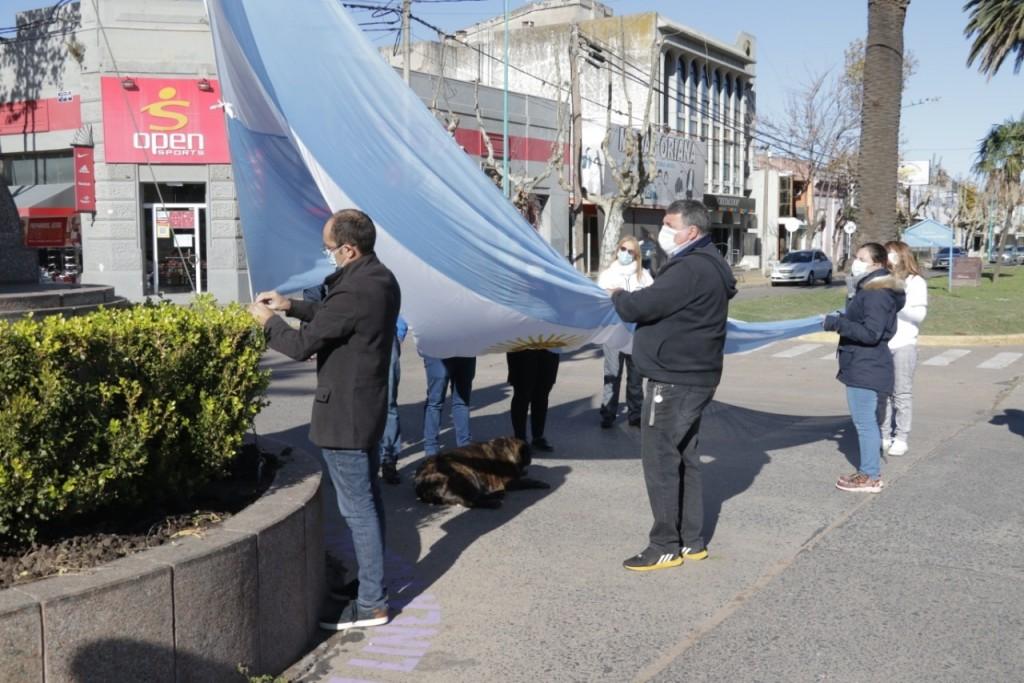 El Intendente Pisano izó la bandera junto a personal de Salud y Excombatientes de Malvinas
