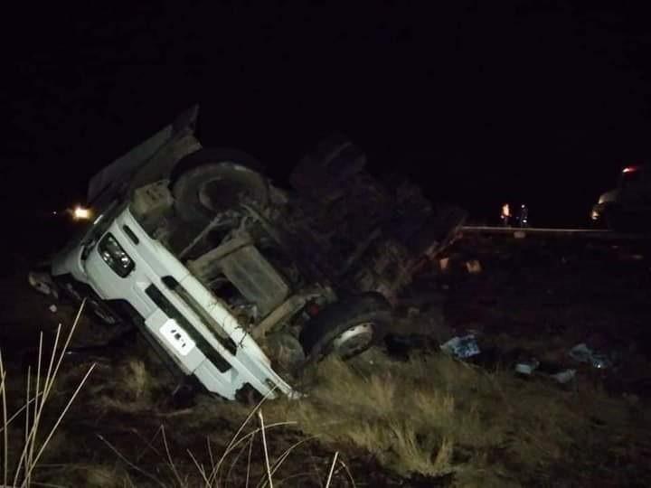 Impactante vuelco en Ruta 65: Un camión perdió toda su carga sobre la cinta asfáltica