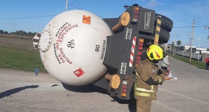 Cañuelas: Un camión de Bolívar cargado con gas butano volcó en el acceso a Extragas