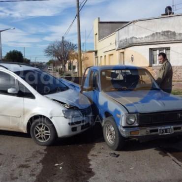 Impacto entre una camioneta Toyota y un automóvil Fiat Idea