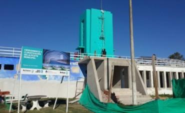 Se está pintando la torre del Natatorio Municipal
