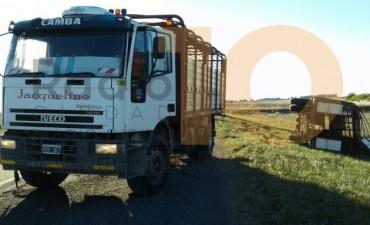 Despiste y vuelco de un acoplado en ruta nacional 205