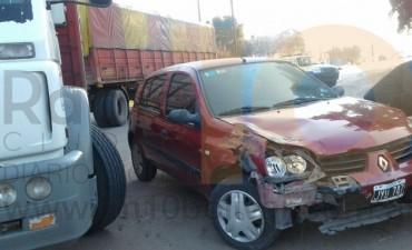 Importante impacto entre camión y auto