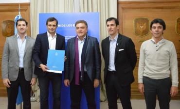 El intendente firmó el convenio por 104 viviendas más para Bolívar