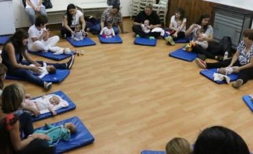 UNA CARICIA QUE NUTRE: Se realiza el taller de masaje infantil los segundos viernes de cada mes