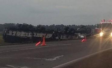 BOLÍVAR - OLAVARRÍA: Joven murió tras despistar y volcar un camión en ruta nacional 226