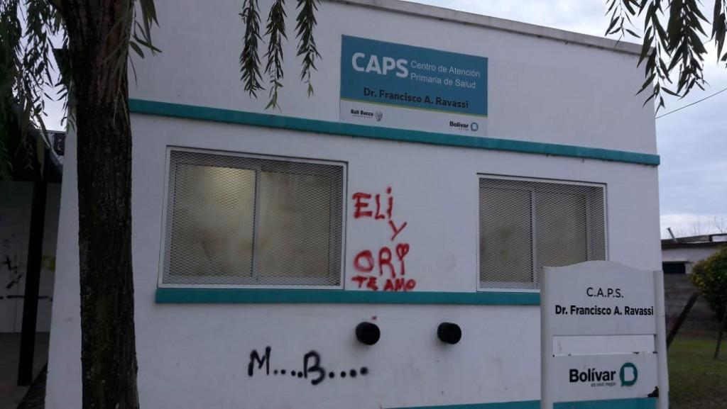 Dañaron con pintura el CAPS de Barrio Zorzales