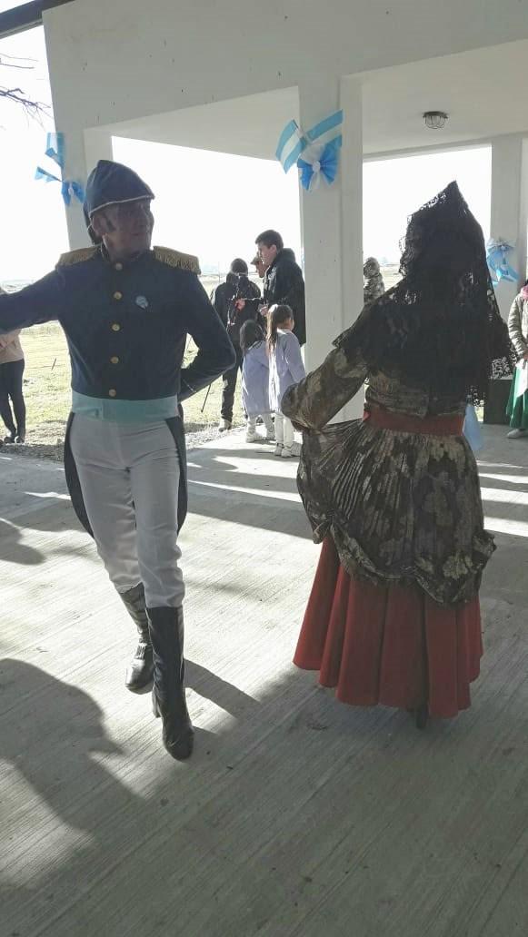 Una pareja de Salinas Grandes bailó 'La Condición' en el acto de la Escuela 46