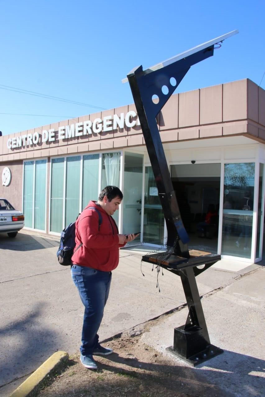 Se colocó un cargador solar para celulares fuera del hospital