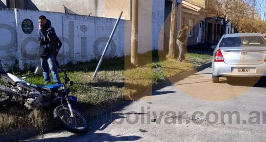 Un motociclista debió ser hospitalizado tras ser embestido por un auto