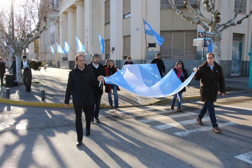 Marcos Pisano encabezó el izamiento de la Bandera Nacional en el mástil central
