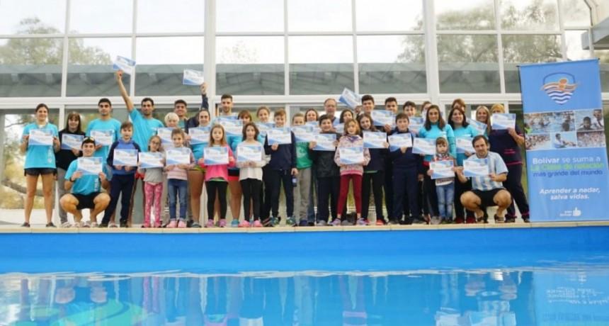 Se llevó a cabo en el Natatorio Municipal la Clase de Natación Mas Grande del Mundo