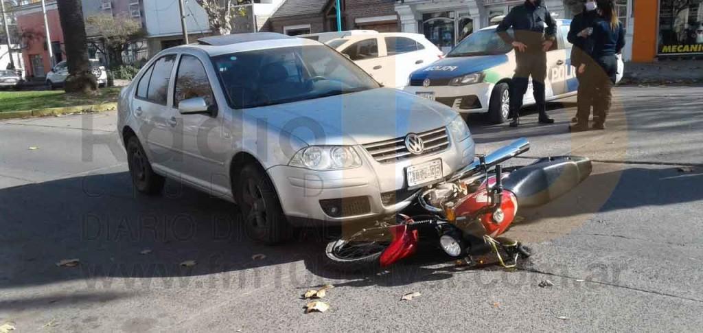 Impacto entre un auto y una moto en el centro de la ciudad