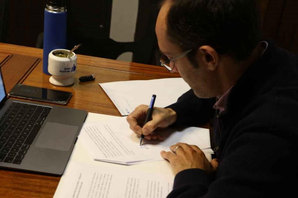 Pisano firmó el convenio de asistencia financiera con Kicillof