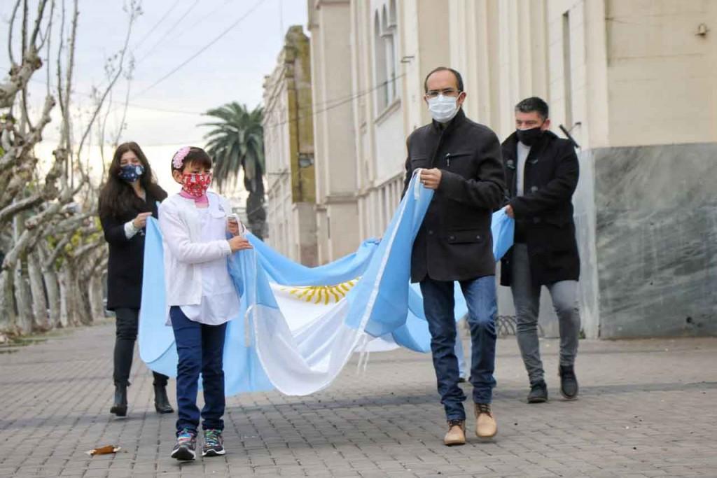 El intendente Marcos Pisano encabezó el izamiento de la Bandera Nacional