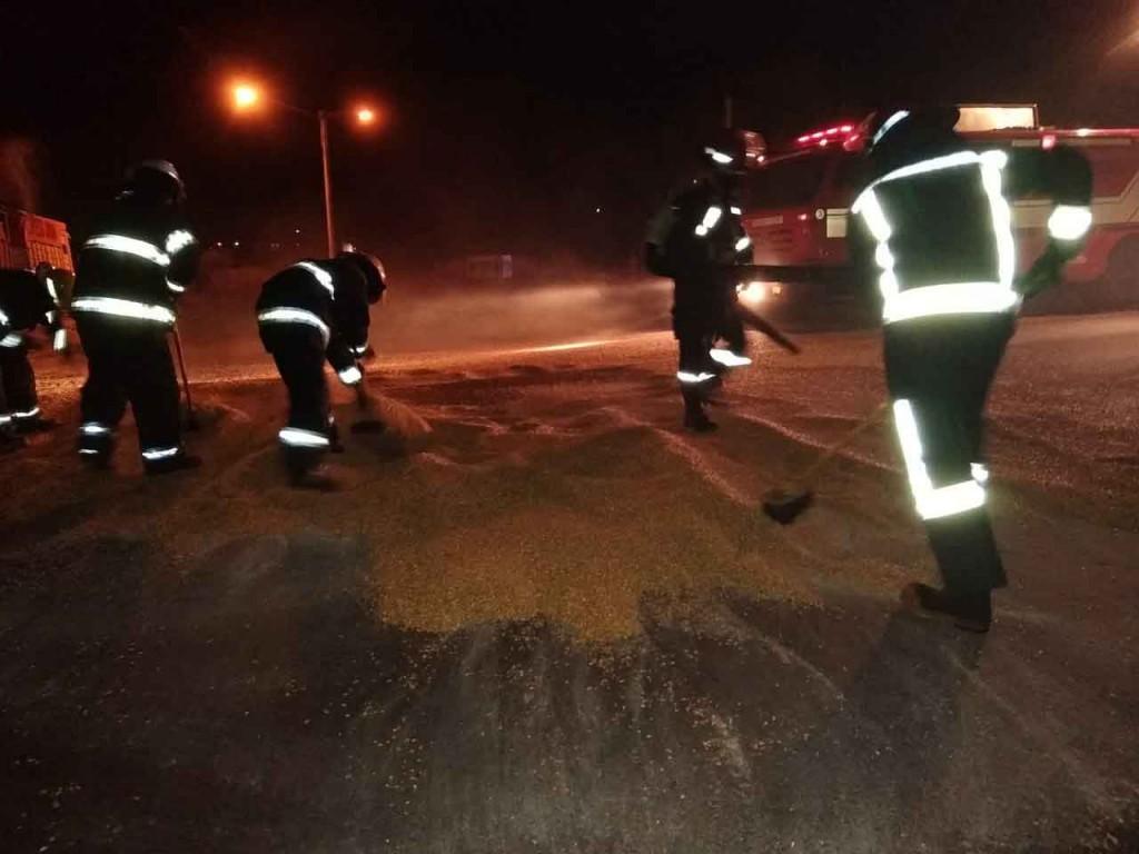 Bomberos Voluntarios trabajo en la limpieza de la ruta tras la pérdida de cereal de un camión
