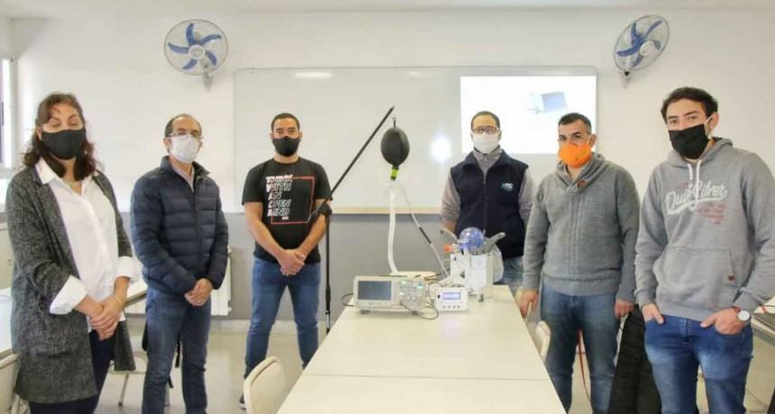 Pisano se reunió con estudiantes de ingeniería que trabajan en un dispositivo de respiración mecánica