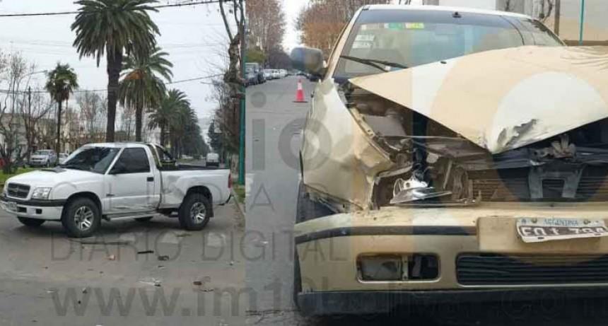 Violento impacto en el centro de la ciudad; Dos personas hospitalizadas de manera preventiva