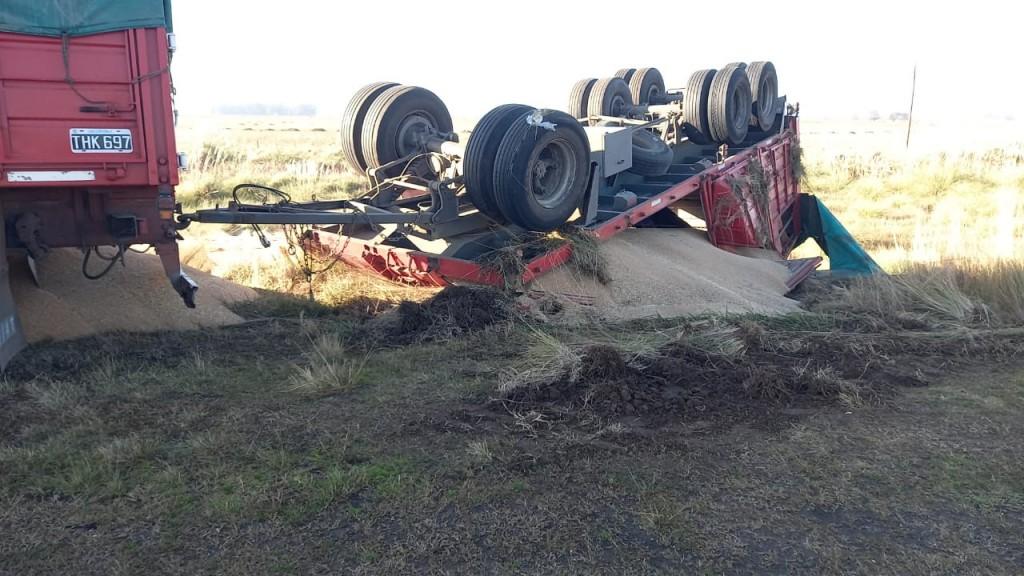 Un camión que transportaba cereal, terminó volcando su remolque a pocos metros de la rotonda rutas 205 y 65