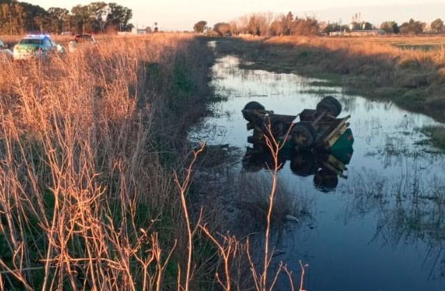 Tres accidentes se dieron este sábado: Desde una camioneta se desprendió una embarcación, un vuelco en un camino rural,  y se desprendió un carro de combustible