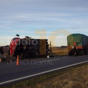 Volcó un camión a metros de la Rotonda 65 y 205
