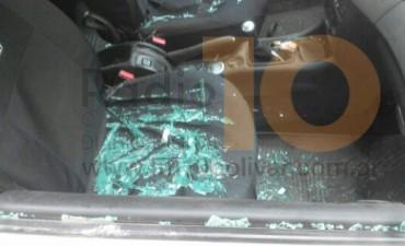Un menor fue sorprendido cuando luego de violentar un auto, se llevaba pertenencias de su propietario