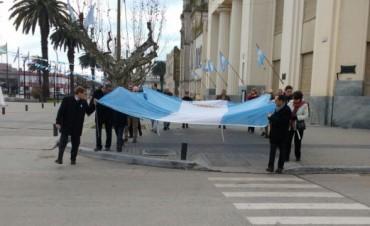 Se realizó el izamiento en el mástil central y simultáneamente en diferentes instituciones del partido de Bolívar