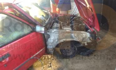Urgente: Se incendió un automóvil en el interior de un taller