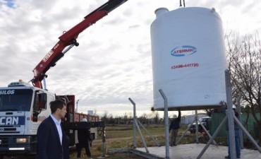 Se están colocando los tanques que permitirán aumentar la presión de agua en los barrios