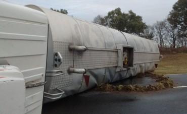BONIFACIO: Camión que transportaba fuel oil volcó, y la ruta 65 permanecerá cortada