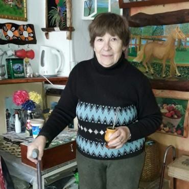 La jubilación no alcanza, por eso una abuela de la ciudad realiza artesanías para subsistir