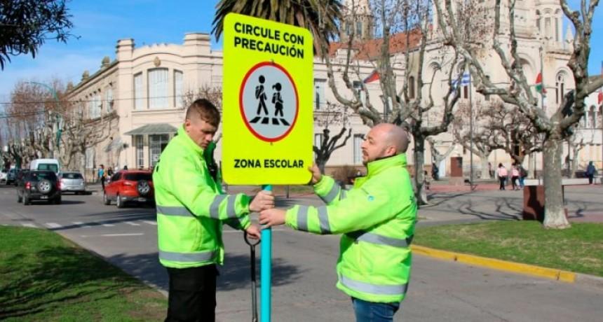 Se está colocando nueva señalética urbana en zonas escolares