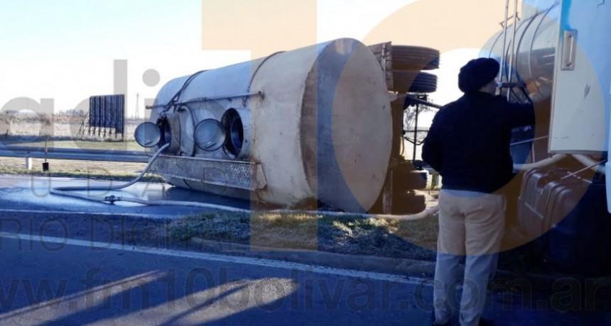 Se produjo el vuelco de un camión lechero en la rotonda de Ruta 65 y 205