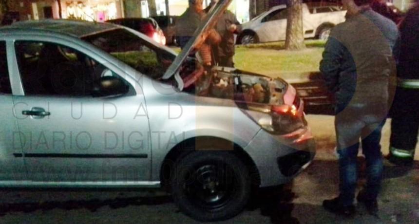 Principio de incendio de un vehículo en pleno centro de la ciudad sin mayores consecuencias