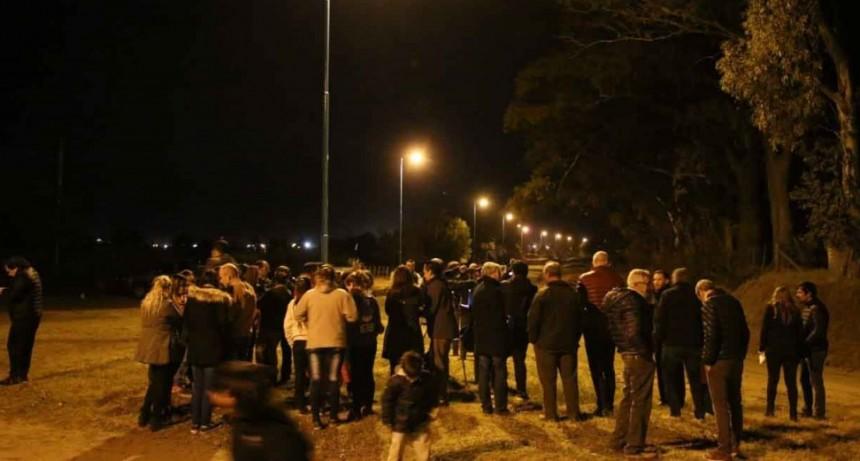 Marcos Pisano y vecinos del barrio encendieron las luces de la calle José Castellá