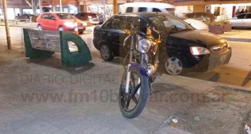 Leve impacto entre auto y moto sobre Avenida San Martín; una mujer fue hospitalizada