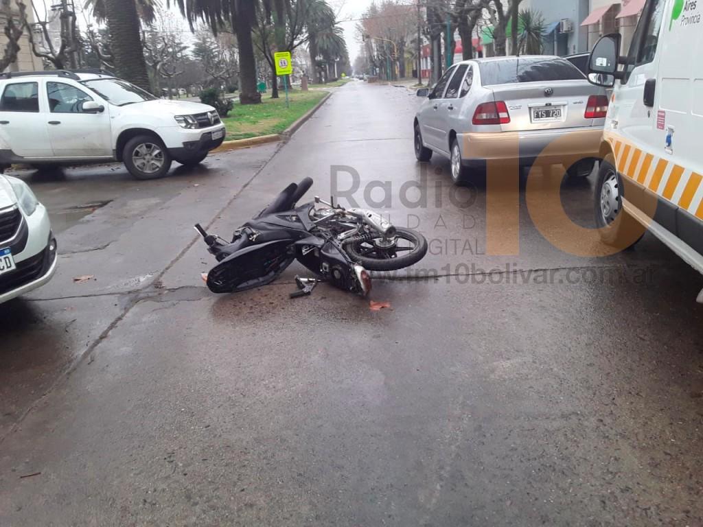 Impacto entre un auto y una moto