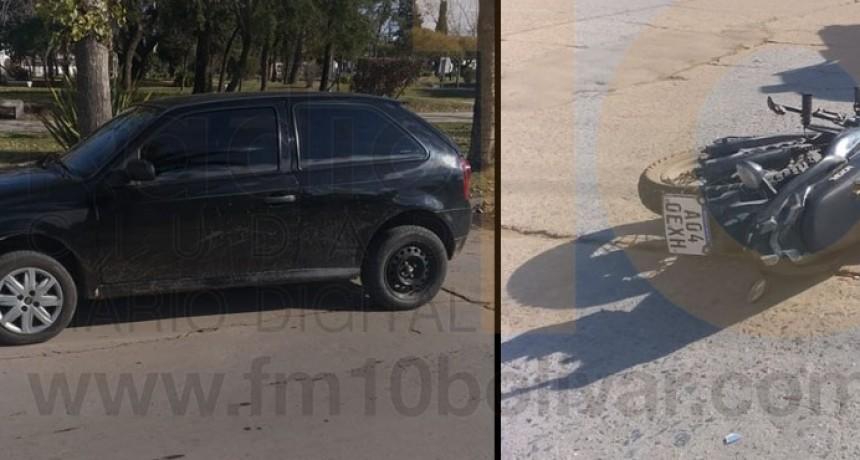 Impacto de una motocicleta y un automóvil en Avenida Mariano Unzue y Pedro Vignau