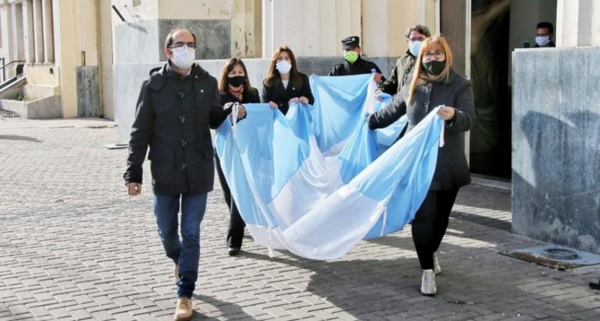 Sin acto oficial, Pisano izó la bandera en el mástil central en conmemoración del 204° aniversario de la Independencia Argentina