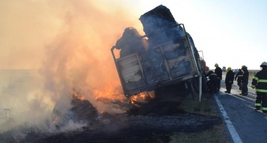 Ruta 226 KM 345: Impresionante incendio de un camión con fardos
